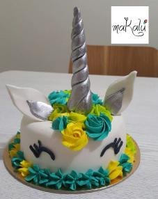 Por una torta para 25 personas (1/2 libra) llévate gratis 4 cupcakes.