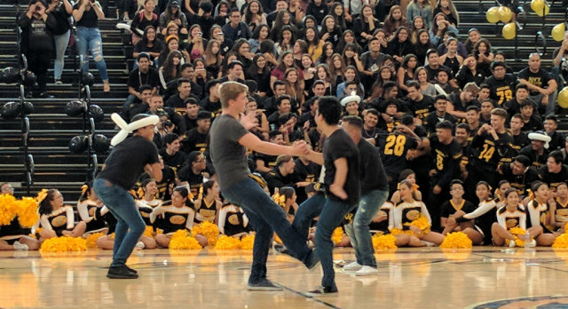 Grizzlies show spirit at Fall Pep Rally!