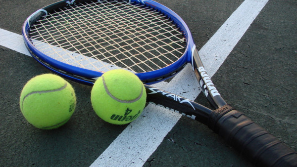 1280px-Tennis_Racket_and_Balls