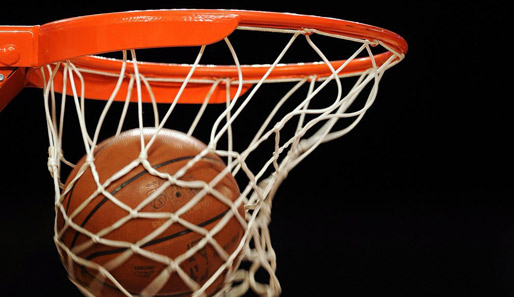 Boys Basketball Qualifies for Playoffs on Buzzer Beater