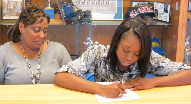 Shaunice Fulmore Signs With Francis Marion University