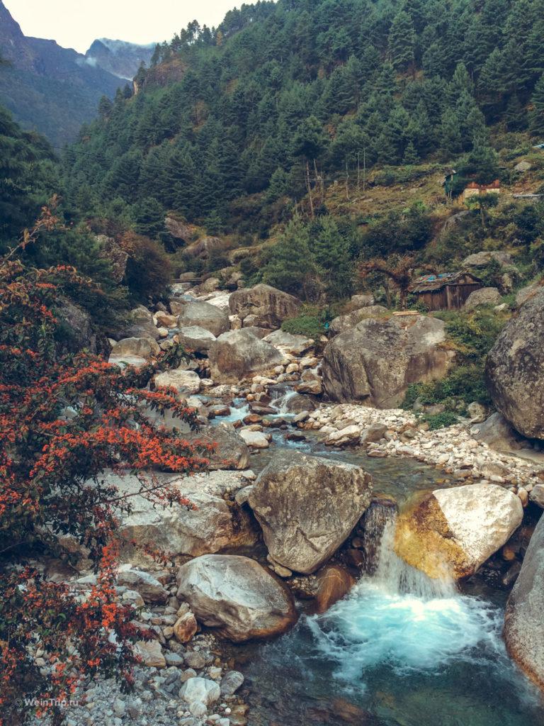 реки в горах Непала