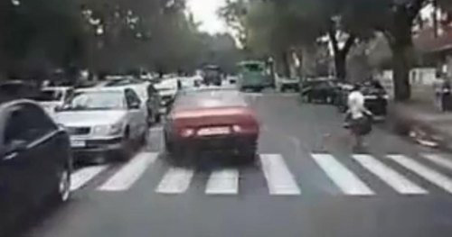 Quick reactions prevent Russian driver from hitting pedestrian