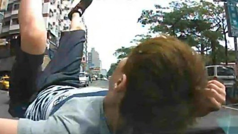 Dash cam catches pedestrian in car crash scam attempt