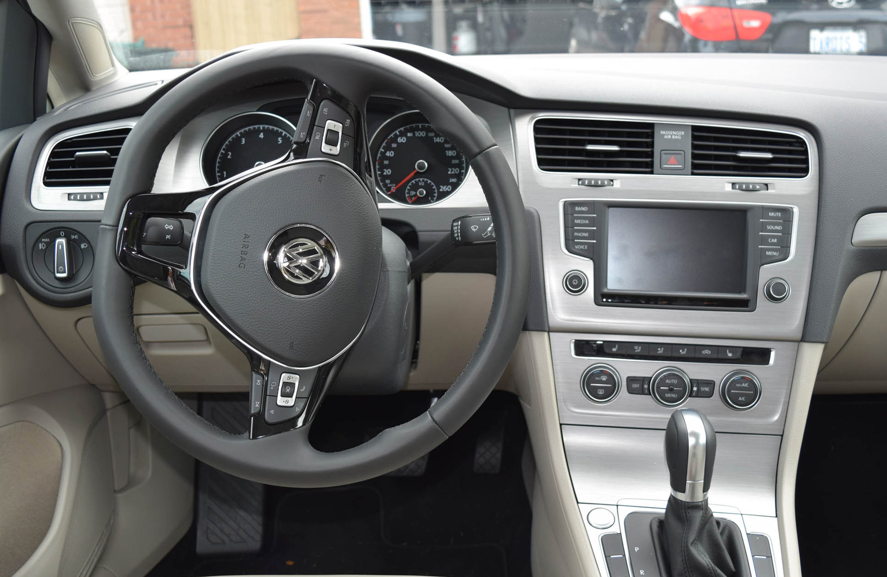 Vw golf offers comfort in a reliable hatch for Interior volkswagen golf
