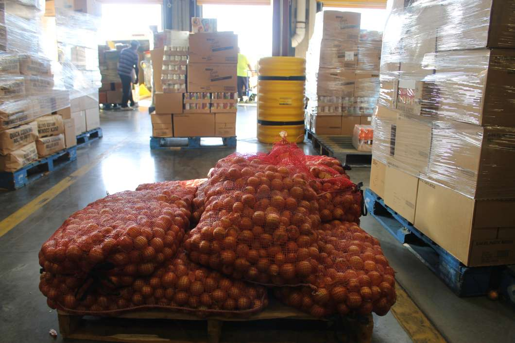 My love is like a… pallet of produce. Do Good Date Night partners up with non profits like Second Harvest of Central Florida, where couples sort produce on their date. Photo: Matthew Peddie