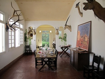 Flickr-savannahgrandfather-Bruce-Tuten-Hemingway-Finca-Vigia-Dining-Room