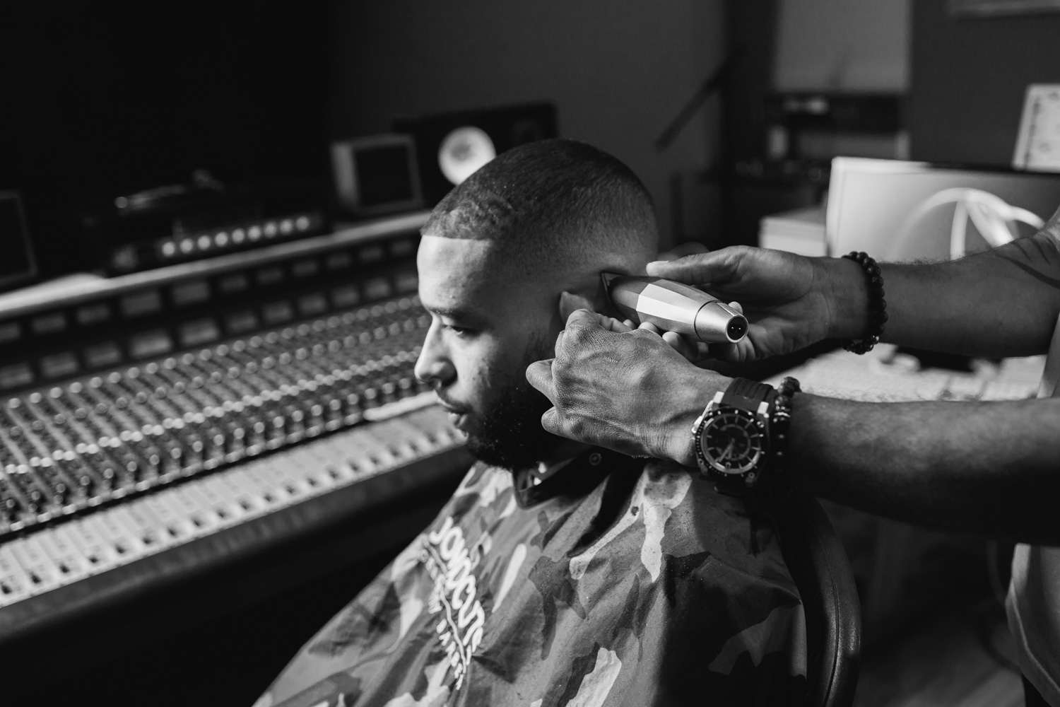 Kenneth Whalum at Shelter Island Sound getting his hair cut by Jomo