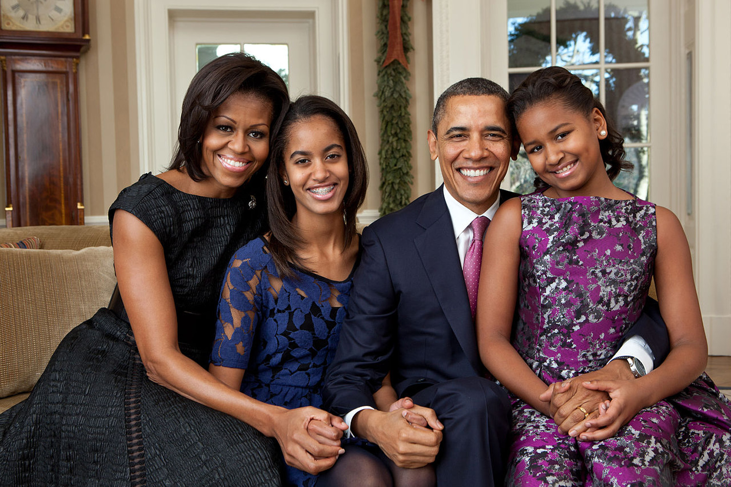 1280px-Barack_Obama_family_portrait_2011