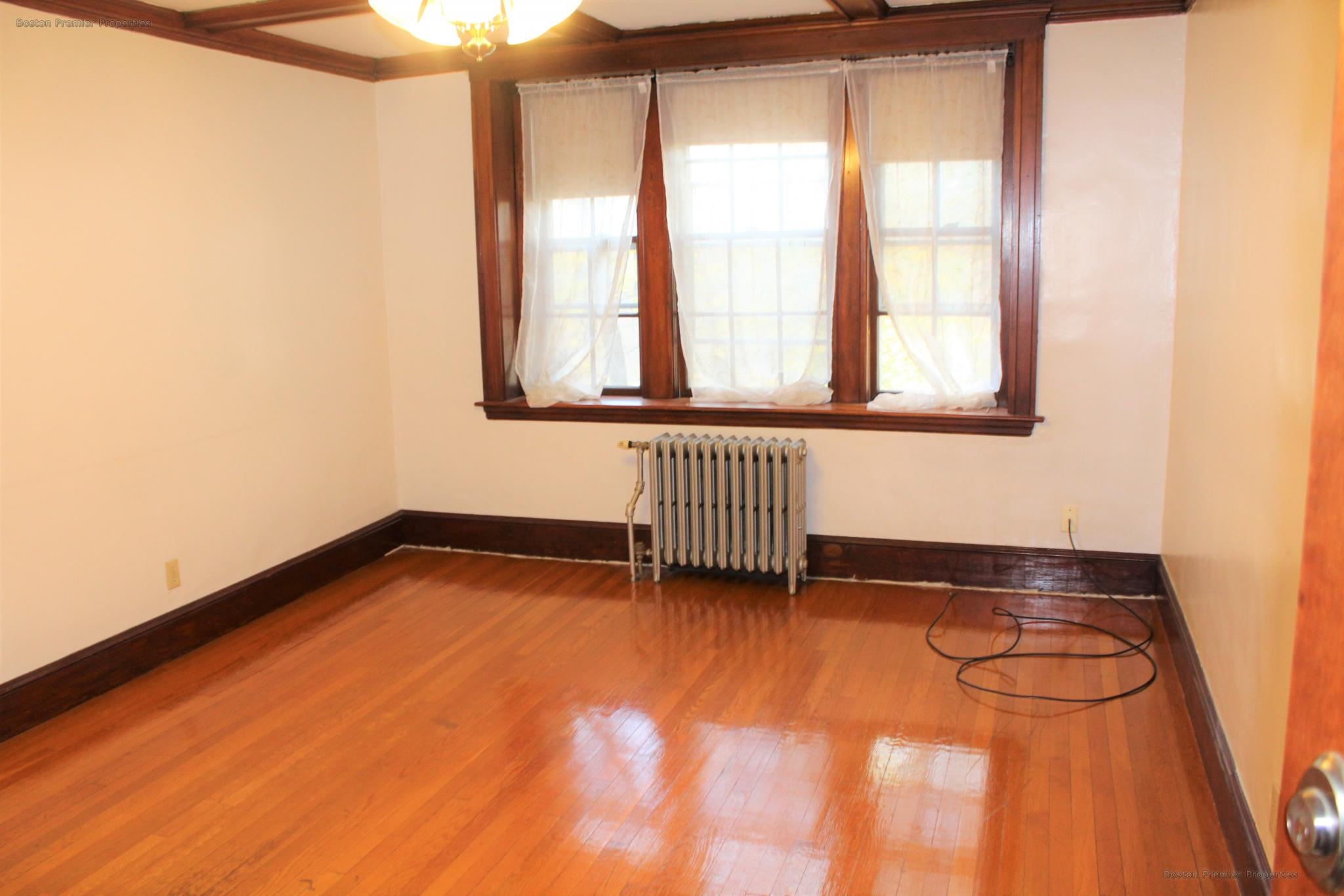 AWESOME 1 BEDROOM APT. ACROSS FROM QUINCY CENTER TRAIN