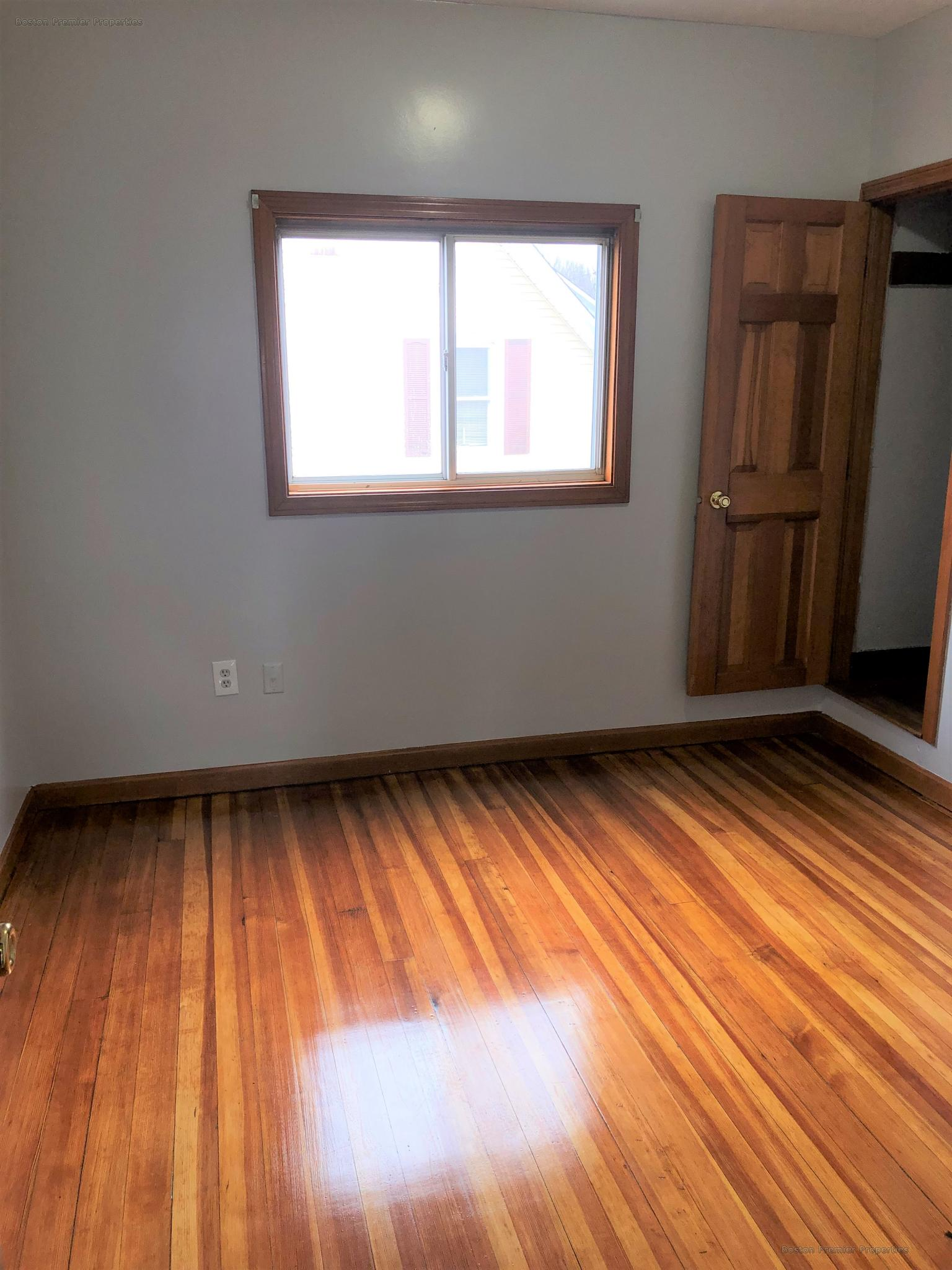 Huge 2 bedroom with Off street parking ,Walking distance to the train