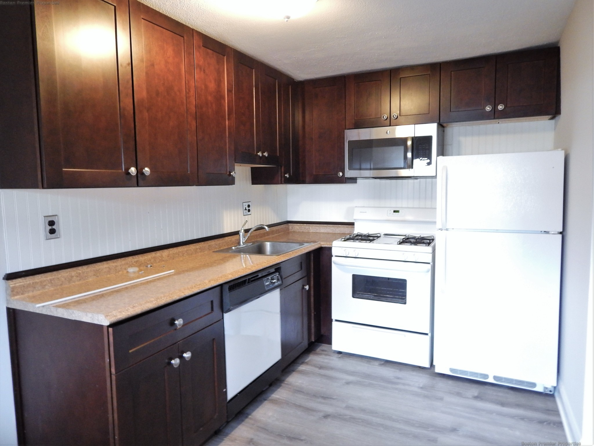 Large 2 bed, 1.5 bath, Heat/Hot water included. Walk to Quincy Center