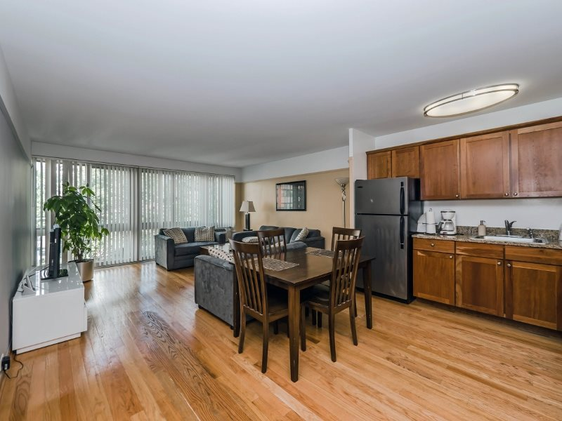 2 BED IN EAST LAKEVIEW/LINCOLN PARK CLOSE TO EVERYTHING!! UPGRADES!!