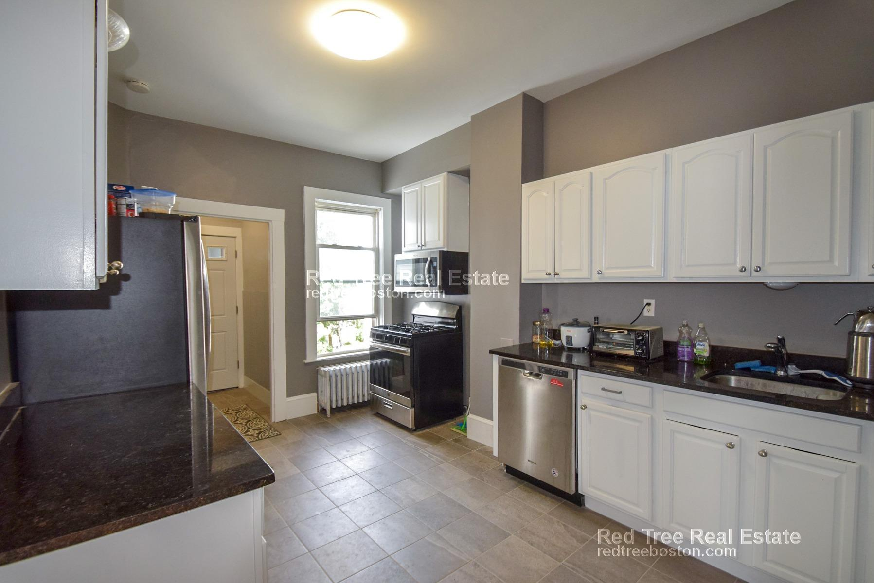 5BR on Surrey St with Laundry & Dishwasher in unit near Bus stop - Fee