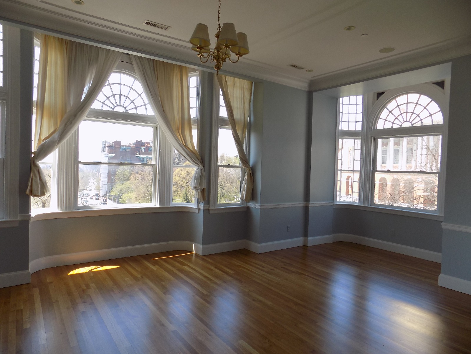 Pet Friendly Beacon Hill 3bed! 3 full baths, Central AC, Laundry in un