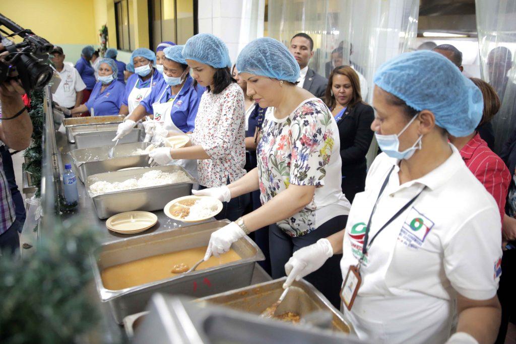 Margarita Cedeño sirve almuerzo a usuarios de Comedores Económicos ...