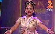 Sonalee Kulkarni, Aditi Sarangdhar, Priya Bapat Performaning on Lavni