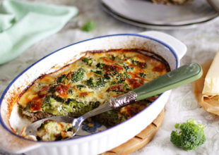 Azerifoodie | Evdəkilərə brokolini sevdir! Sobada parmezan pendirli brokkoli.