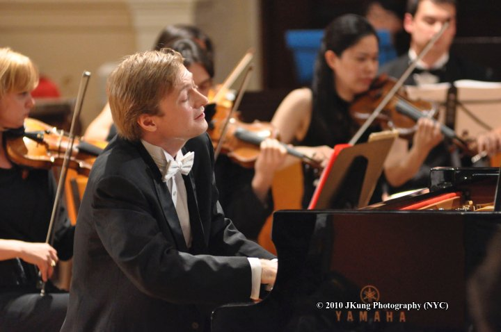 Pianist Dmitri Levkovich Masterfully Interprets Bartók's Piano Concert No. 3 featured image