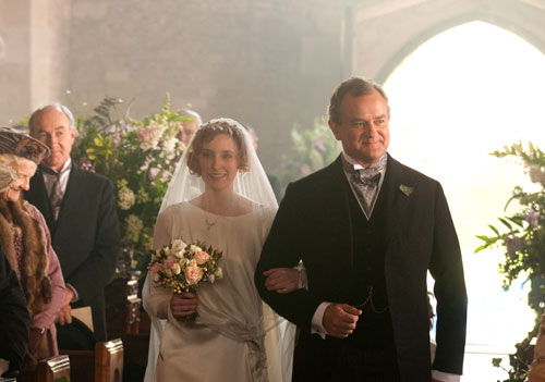 DAS2E2: Lady Edith walks down the aisle with her father Lord Grantham