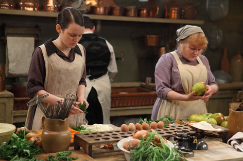 DAS3E3: Daisy and Mrs. Patmore hard at work in the kitchen