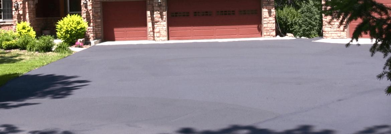 Sealing to refresh an asphalt driveway