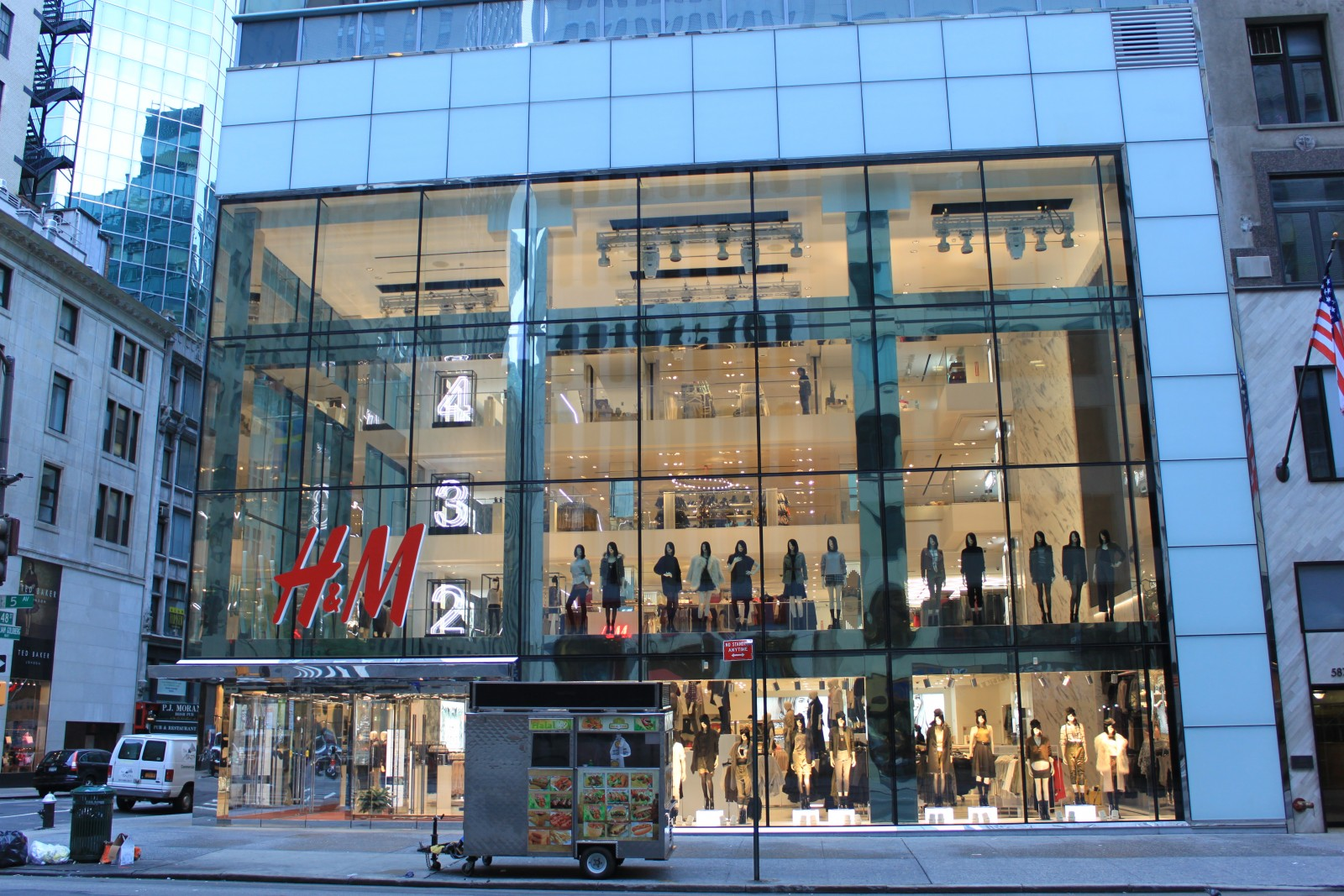 H&M 589 5th Avenue New York, NY 10017 on 4URSPACE retail ...