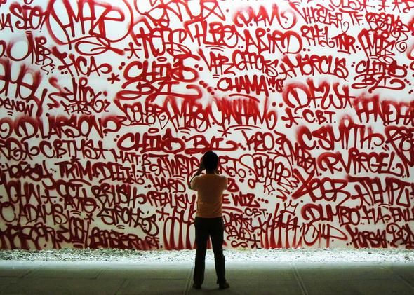 Problemer urban kunst uttrykkes i tagging graffiti på vegger over alt