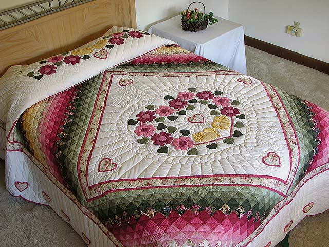 King Rose Peach and Gold Sweetheart Sunshine and Shadow Quilt Photo 1