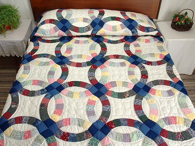 Multicolor Double Wedding Ring Quilt Photo 1