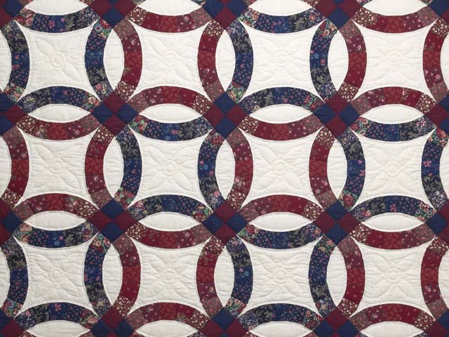 Cranberry and Navy Blue Double Wedding Ring Quilt Photo 3