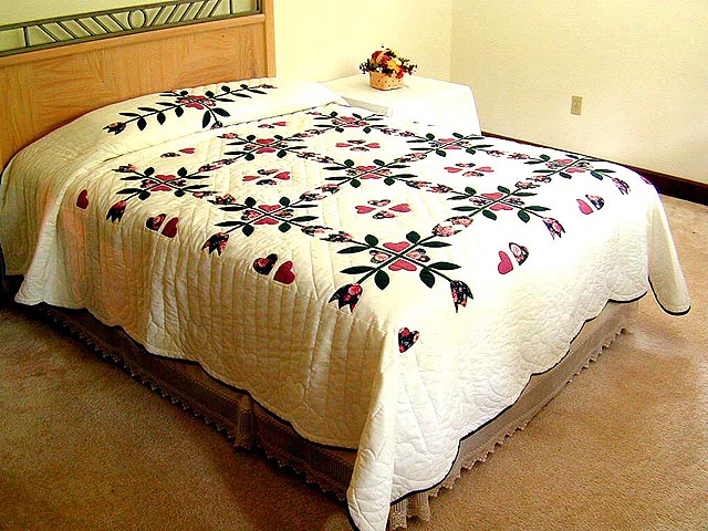 Rose and Dark Green Tulip Applique Quilt Photo 1