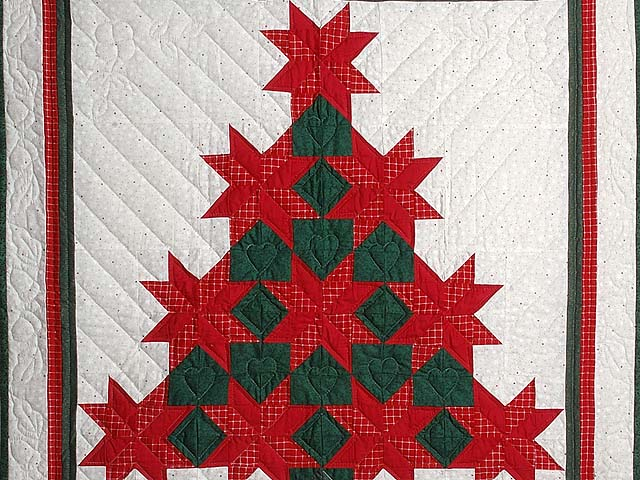 Red and Green Patchwork Christmas Tree Wall Hanging Photo 2