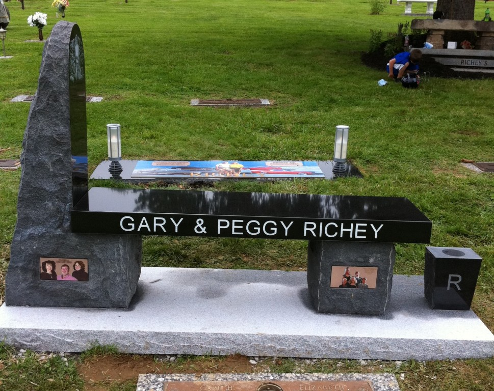 Gary and Peggy Richey headstones