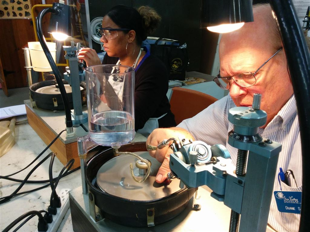 Teacher Steve Weinberger offers a great introduction to gem faceting.