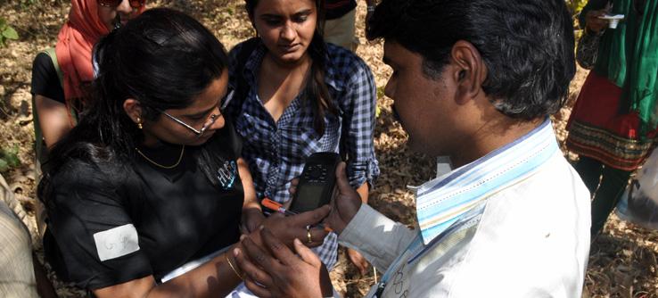 Volunteers take lessons on GPS use