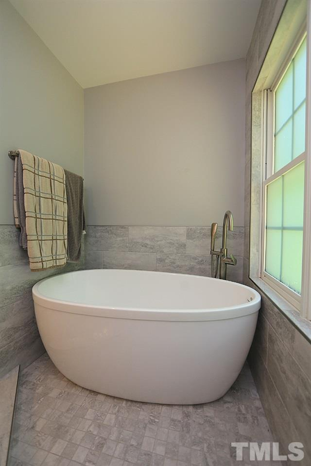 Deep soaking tub to soothe those aching muscles.