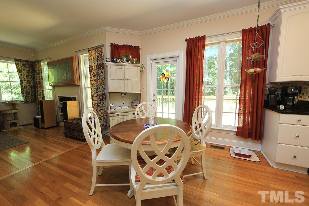 Breakfast/Eat-in dining area for those more casual family meals.