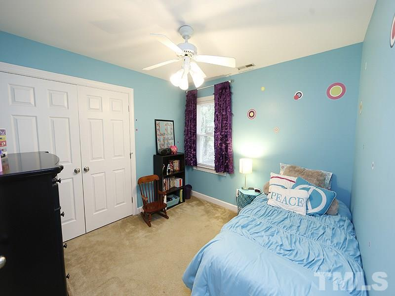 Another beautiful bedroom with removable stickers on the walls. :-) Great closet space!