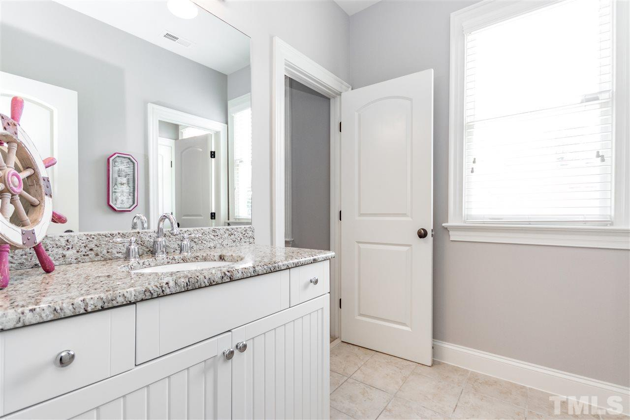Great bathroom to connect two secondary bedrooms.