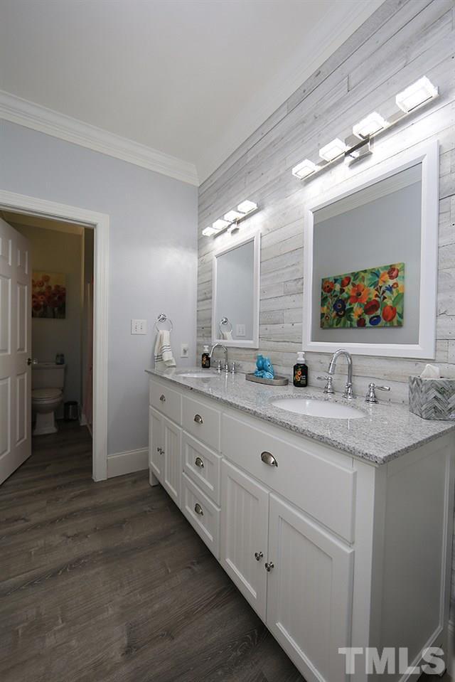 Full Bath w/Dual Vanity, Lighting, Tub/Shower, Water Closet.