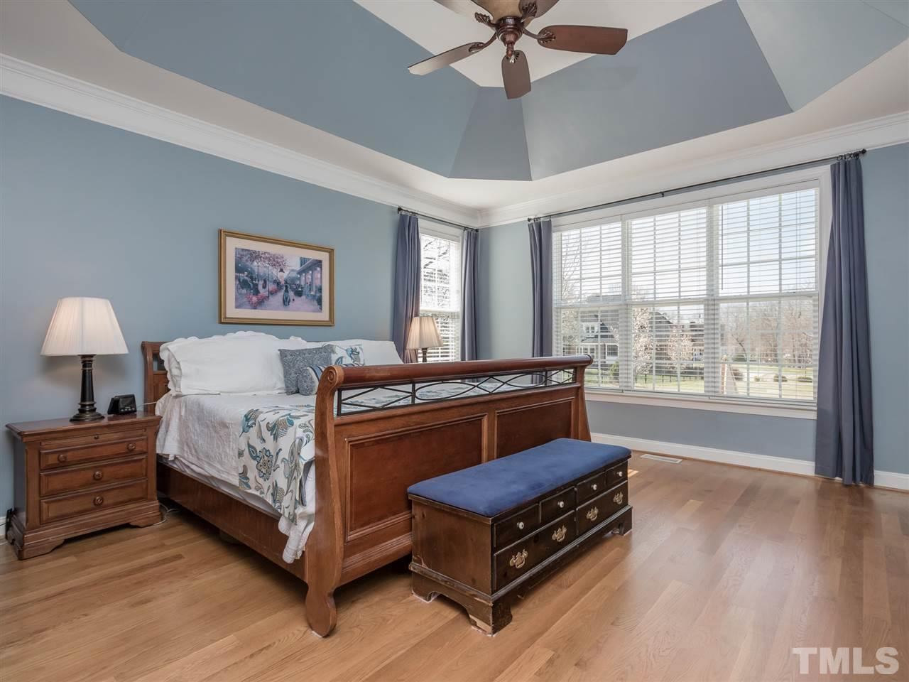 Yes, it's just as wonderful as the picture.  Trey ceiling, HW floors, excellent wall-space, and a spectacular view.