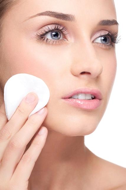 Mulher passando maquiagem