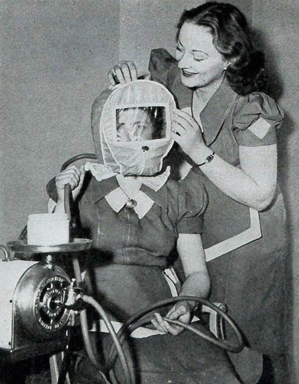 Essa mascara alterava a pressão atmosférica ao redor da cabeça com a velha promessa de uma pele mais jovem.jpg