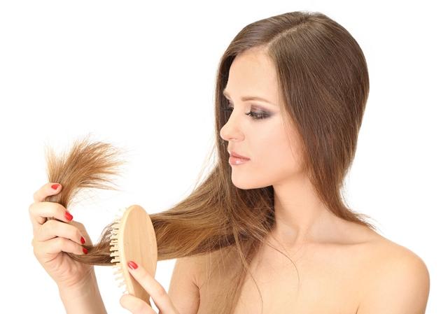 mulher escovando cabelo