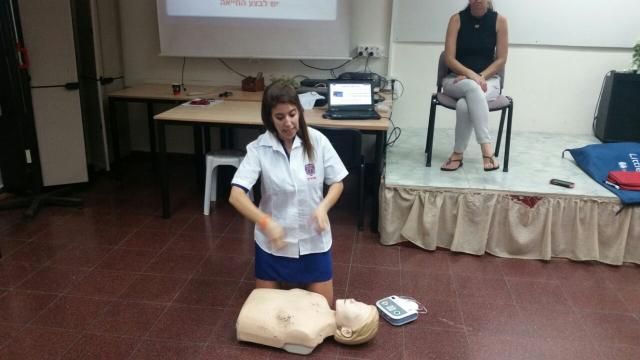 Nechama Loebel teaching an EMS course in sign language in Ashdod