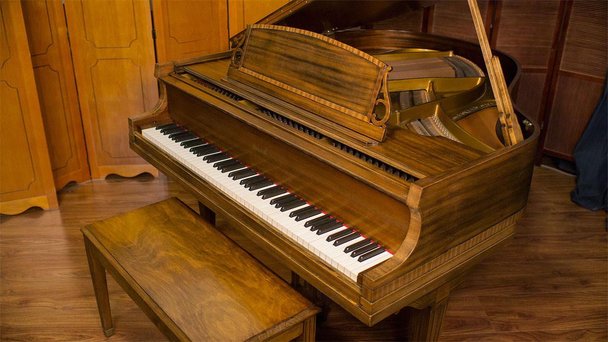 Baldwin howard designer baby grand piano for sale for Size baby grand piano