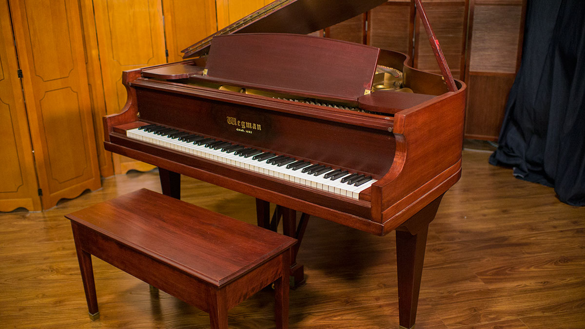 Used wegman baby grand piano made in usa living pianos for Size of baby grand piano