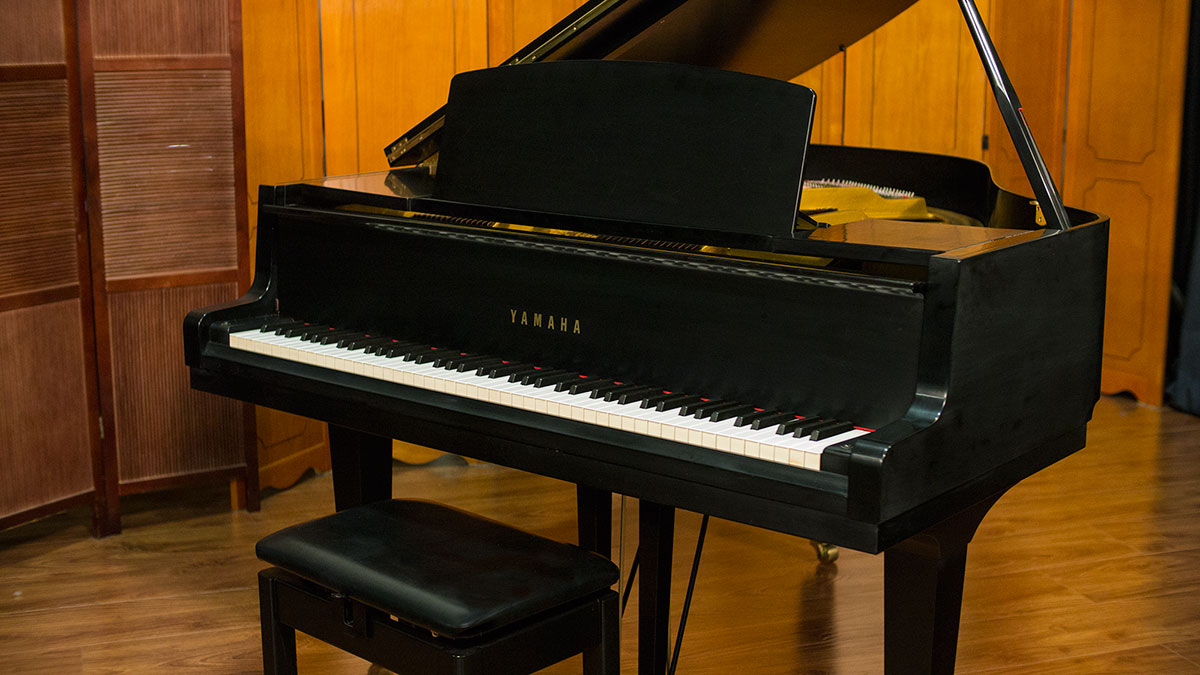 Yamaha baby grand piano model gh1 living pianos online for Size baby grand piano