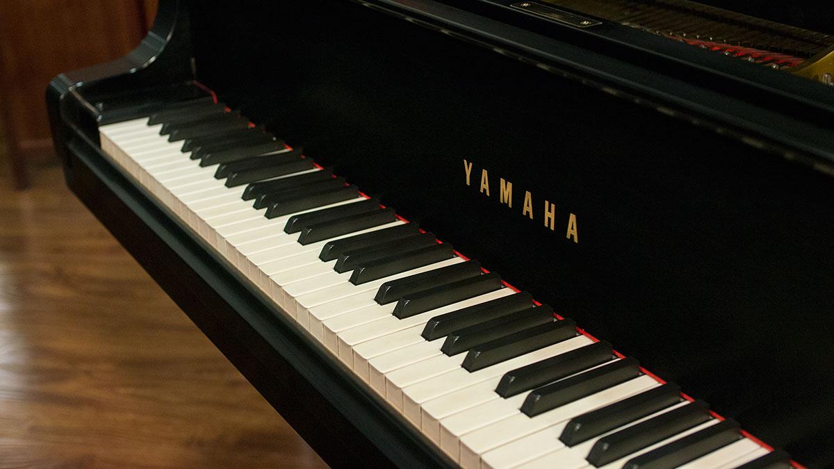 Yamaha model c7 semi concert grand piano for sale living for Yamaha grand piano sizes